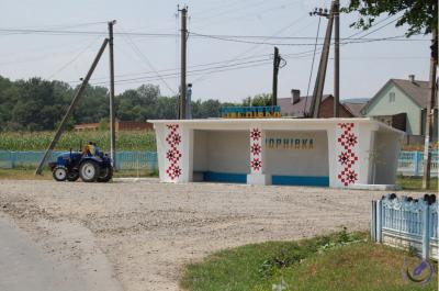 Селяни за власні кошти відремонтували автобусну зупинку неподалік Чернівців