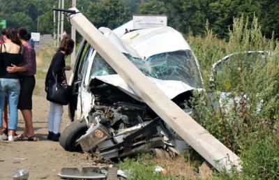 На Буковині зіткнулися два авто - одне після удару знесло стовп (ФОТО)
