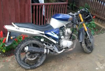 На Буковині п'яний мотоцикліст розтрощив паркан і вдавав із себе пішохода (ФОТО)