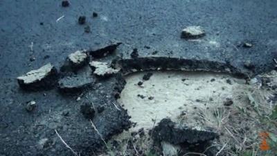Рвуть асфальт руками: з'явилося відео неякісного ремонту дороги в селі на Буковині