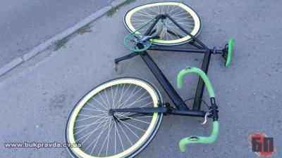 """У Чернівцях позашляховик збив велосипедистку і врізався у """"Фіат"""""""