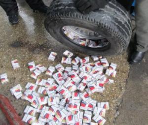 Чернівчанин намагався вивезти через кордон цигарки у колесі автомобіля