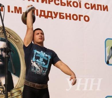 Рекорд України буковинця-гирьовика: підняв гирю 172 рази