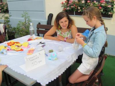 Волонтери вчили чернівчан, як із шкарпеток виготовити іграшки (ФОТО)