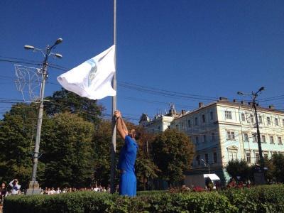 У центрі Чернівців урочисто підняли Олімпійський прапор на честь відкриття змагань