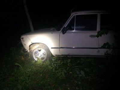 """У Чернівцях п'яна жінка, втікаючи від поліції на """"Жигулях"""", врізалась у дерево"""