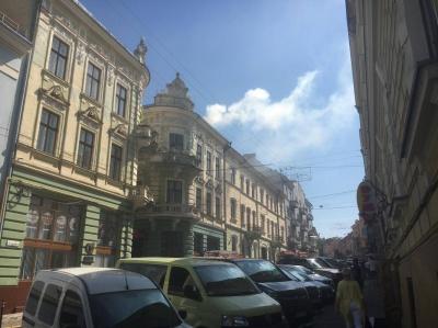 У центрі Чернівців горить будівля, - очевидці (ФОТО)