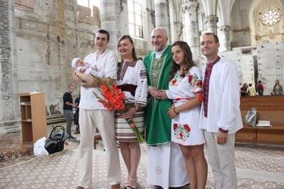 """У Чернівцях у храмі """"Серце Ісуса"""" вперше від Другої світової війни охрестили дитину"""
