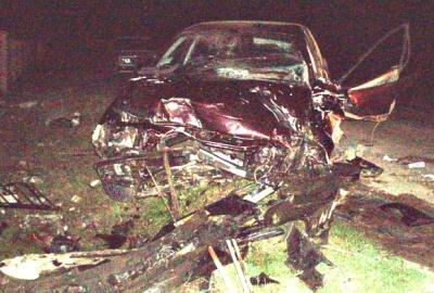 На Буковині автомобіль врізався в огорожу і загорівся - водія госпіталізували з травмами ніг