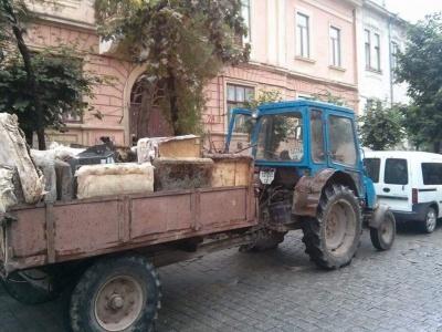 Фірма депутата Чернівецької міськради трактором вивозила сміття у контейнери сусідам (ФОТО)