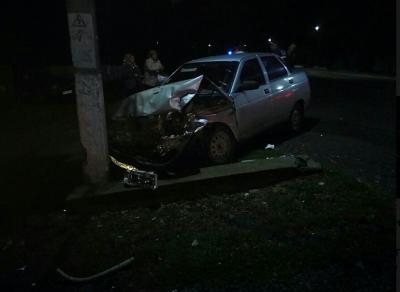 На Буковині п'яний екс-голова сільради вночі на авто врізався у стовп