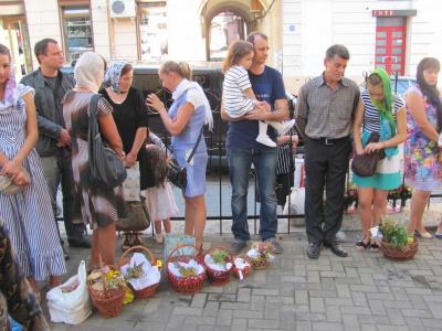 У чернівецьких храмах святять мед і кошики з фруктами (ФОТО)