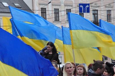 Державний прапор у Чернівцях піднімали діти загиблого бійця АТО (ФОТО)