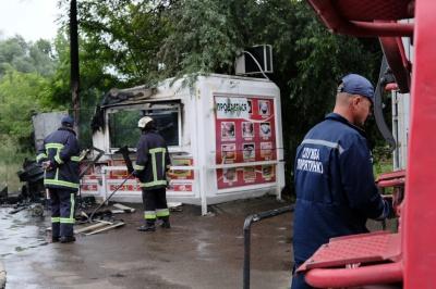 У Чернівцях вщент згорів кіоск із продажу хот-догів (ФОТО)