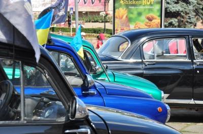 Машини з історією: на Центральній площі Чернівців - виставка ретро-автівок