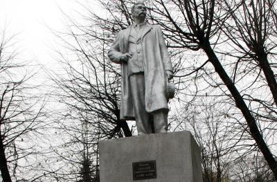 У Чернівцях демонтують два радянські пам'ятники