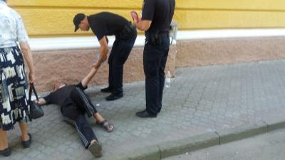 Чоловік заснув на вулиці в Чернівцях: як йому допомагали поліцейські