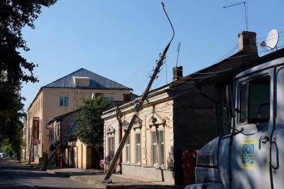 На вулиці у Чернівцях автокран збив кілька стовпів (ФОТО)