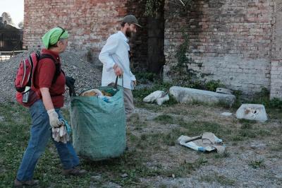 Волонтери з Німеччини прибирають кладовище у Чернівцях (ФОТО)