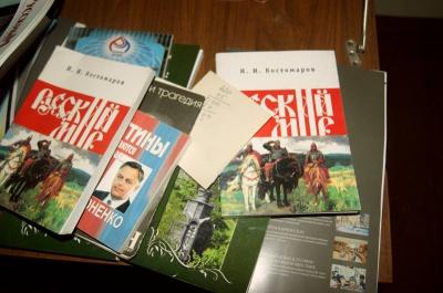 """У гімназії в Чернівцях кажуть, що журнали про """"русский мир"""" хотіли здати в макулатуру"""