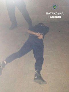 """У Чернівцях затримали двох п'яних """"мажорів"""", які лаялись у бік полісменів (ФОТО)"""