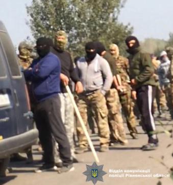 На Рівненщині копачі бурштину розтрощили поліцейське авто