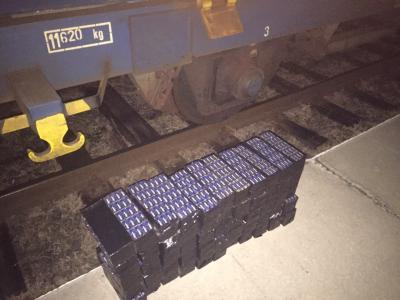 На Буковині виявили 1460 пачок сигарет, захованих у рамі поїзда