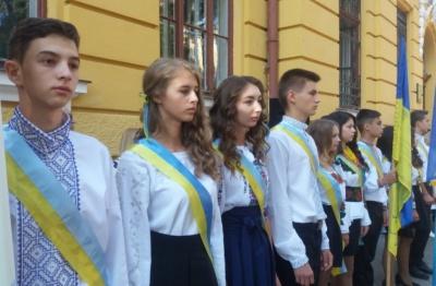 Патріотичний День знань в Чернівецькій гімназії №5: вишиванки, прапори та вшанування героїв АТО (ФОТО)