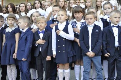 """Завершення лінійки у школі Яценюка школярі зустріли вигуками: """"Ура!"""""""