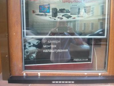 У центрі Чернівців підприємець облаштував безкоштовну вуличну зарядку для гаджетів