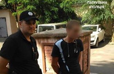 У центрі Чернівців місцевий житель допоміг затримати крадія, що перебував у розшуку
