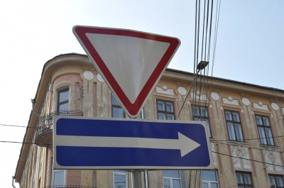 На вулиці Хмельницького у Чернівцях встановлюють дорожні знаки (ФОТО)
