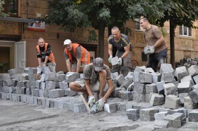 Залишилось докласти бруківку: комунальник розповів про стадію ремонту вулиці Хмельницького