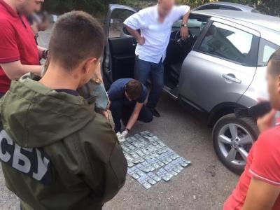 На Буковині затримали на хабарі в 5 тисяч доларів заступника керівника виправної колонії