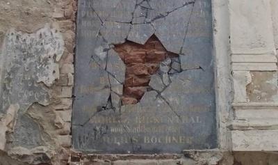 Невідомі вандали розбили пам'ятну плиту на єврейському кладовищі Чернівців (ФОТО)