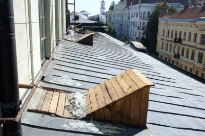 У Чернівцях на 2 роки засудили чоловіка, який з даху драмтеатру викрав бляху