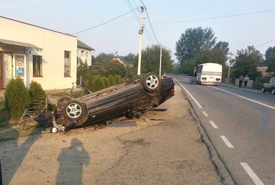 На Буковині BMW злетів з дороги і перекинувся на дах (ФОТО)