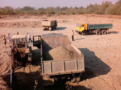 На Буковині затримали чотирьох осіб, які незаконно добували корисні копалини біля річки Прут