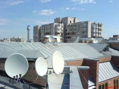 """Чернівчанам пригрозили адмінпротоколами за встановлення """"тарілок"""" на фасадах історичних будинків"""