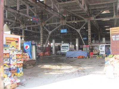 """У Чернівцях з'явився """"критий"""" базар: серед сміття і смороду торгують городиною (ФОТО)"""