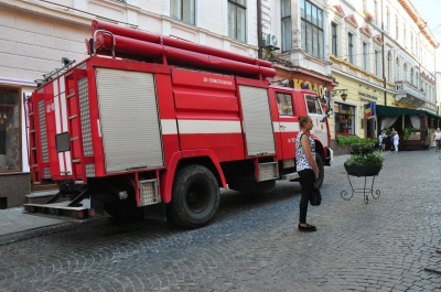 """""""Дим виходить з квартири на 3 поверсі"""": рятувальники прибули у центр Чернівців гасити пожежу"""