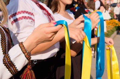 """У центрі Чернівців відсвяткували 46-й день народження пісні """"Червона рута"""" (ФОТО)"""