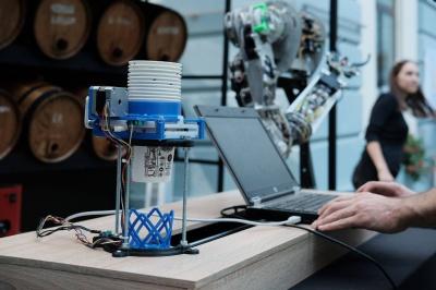 Роботи подають напої дітлахам: у дворику ратуші Чернівців розпочався «Start IT Fest»