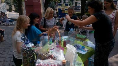 Чернівчани масово здавали пляшки та картон: подарунків на всіх не вистачило