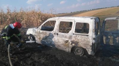 На Буковині посеред поля вщент згоріло авто
