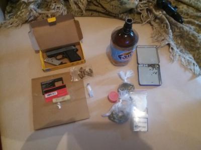 Чернівчанин у власному помешканні зберігав наркотики і зброю