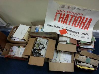 У Києві на смітнику знайшли 50 кілограмів фотографій та афіш видатного буковинця Дмитра Гнатюка