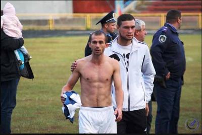 На Буковині футбольна команда влаштувала бійку на полі (ФОТО)