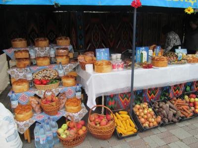 """На """"Буковинській осені"""" купували і продавали під співи і з розвагами (ФОТО)"""