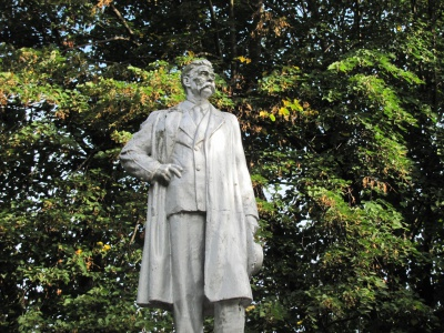 Пам'ятник пролетарському письменнику в Садгорі все ще стоїть